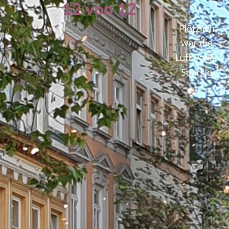 Eine Häuserfront, vor der sehr viele Pflanzenteile in einem Luftwirbel tanzen