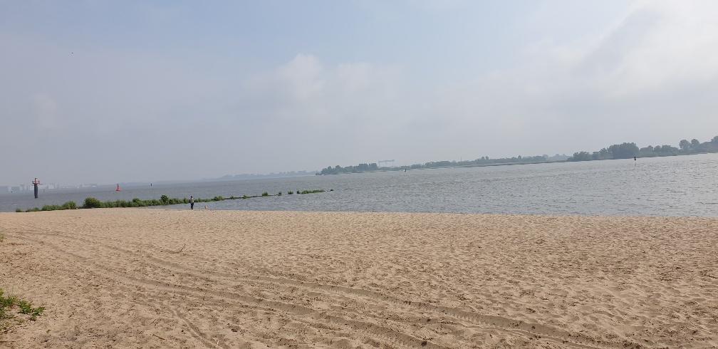 Ein Blick über den Sandstrand der Elbe bei blauem Himmel