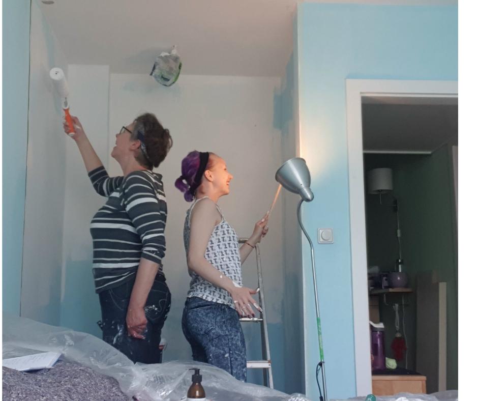 Zwei Frauen streichen einen Raum an. Eins der zentralen Themen im Monatsrückblick 2021