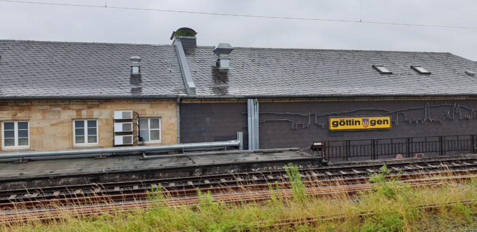 Ein Blick auf das Bahnhofsgebäude Göttingen, vom Gleis aus fotografiert