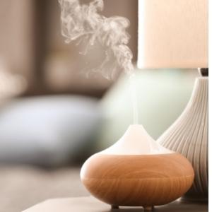 Eine Duftlampe steht neben einer warm scheinenden Lampe