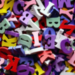 Bunte Buchstaben auf einem Haufen