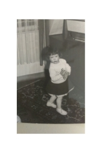 Singen und Tanzen erfreuen ein kleines Mädchen