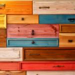 Ein Schrank mit vielen unterschiedlichen Schubladen