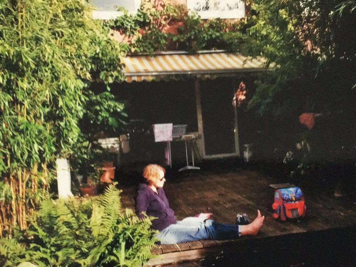 Mein jüngeres Ich vor 12 Jahren auf der Terrasse meines neuen alten Hauses